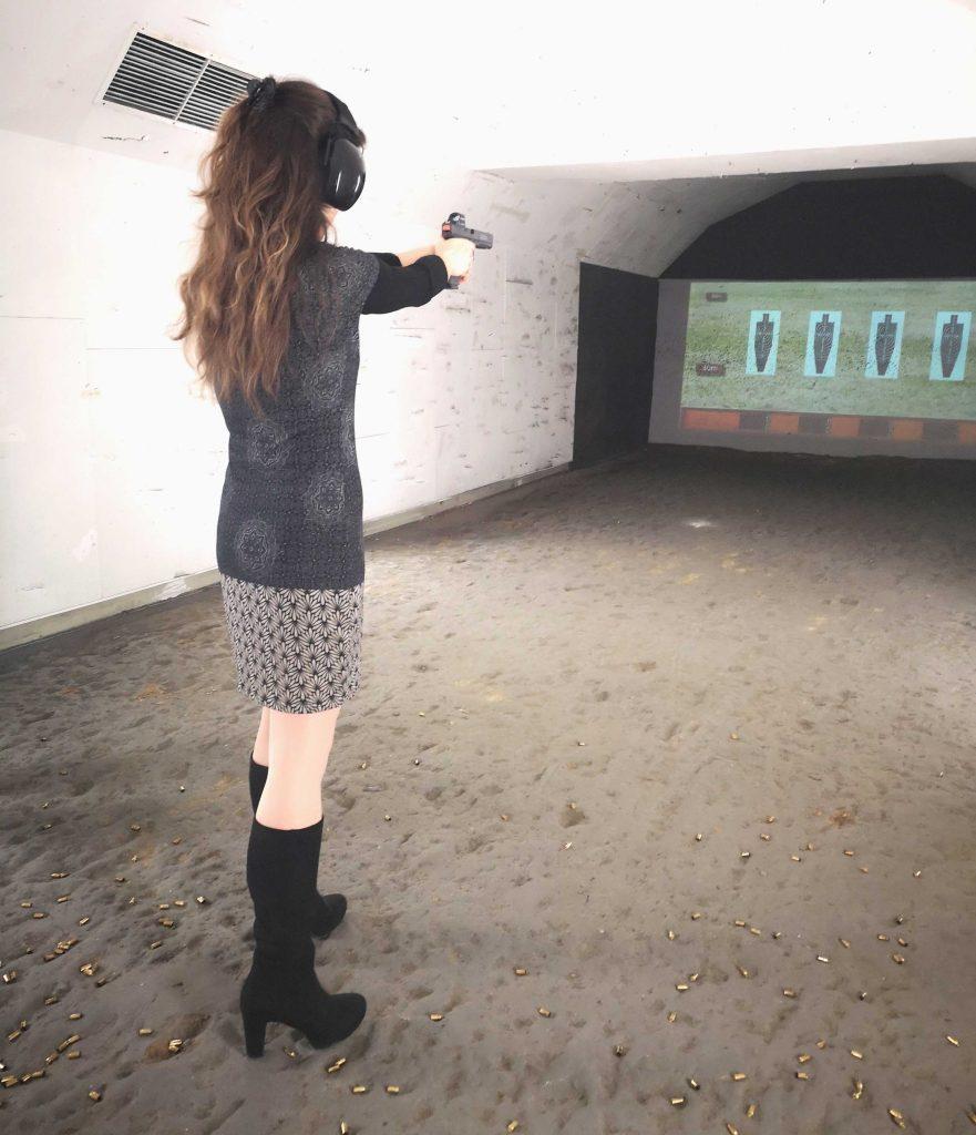 Weiters frau Schießt mit pistole mit Rotpunktvisier