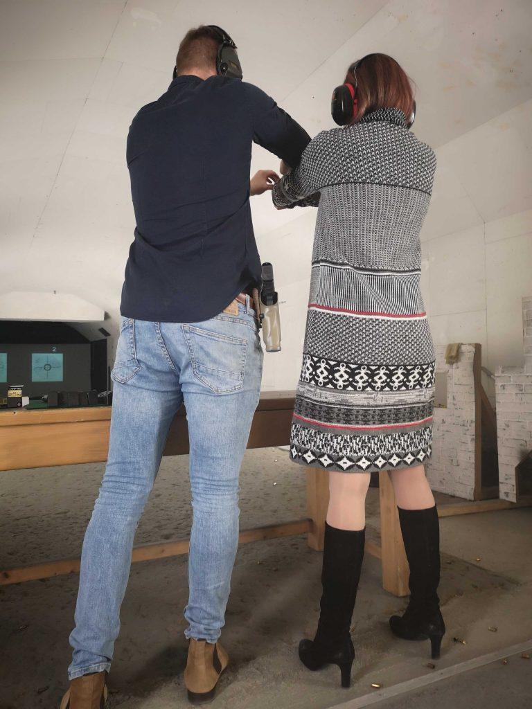 trainer erklärt den Waffengriff