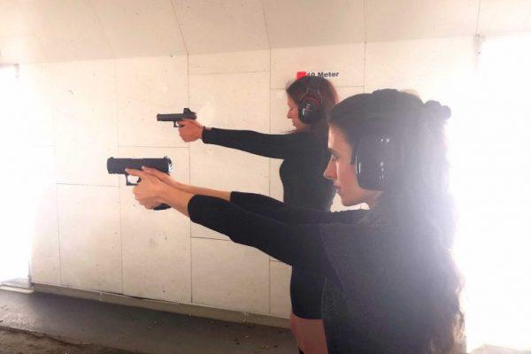 Schnupper Schießkurse zwei frauen schießen mit pistolen