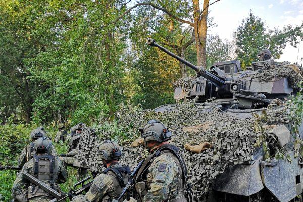 Panzer sowie Soldaten